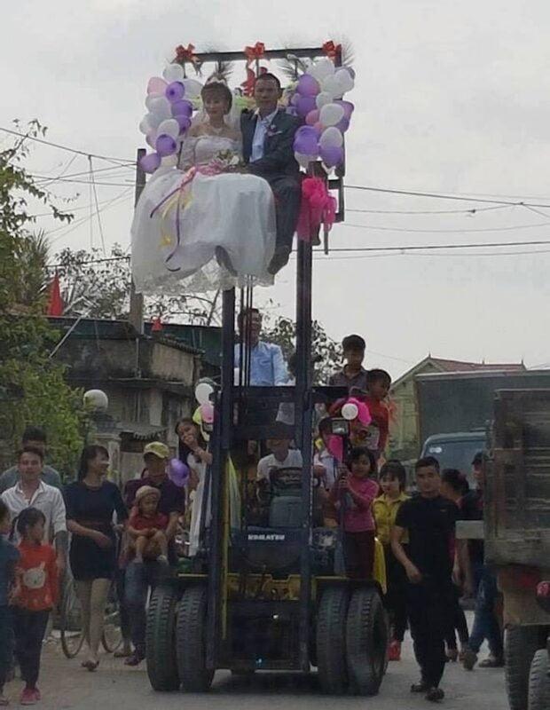 Đám cưới, Chú rể mạo hiểm rước dâu bằng… xe nâng 1