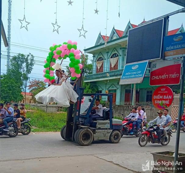 Rước dâu bằng xe nâng hàng ở Nghệ An 1