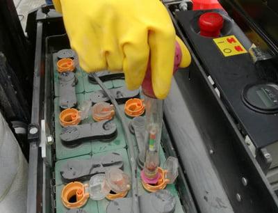 Cách châm nước cất bình điện (Ắc quy) xe nâng 3