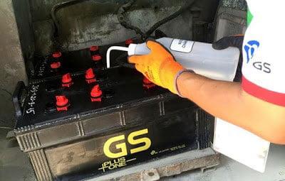 Cách châm nước cất bình điện (Ắc quy) xe nâng 2